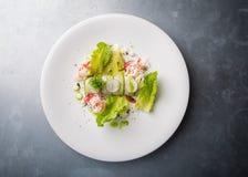 螃蟹沙拉用绿色莴苣 免版税库存照片