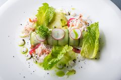 螃蟹沙拉用绿色莴苣 免版税库存图片