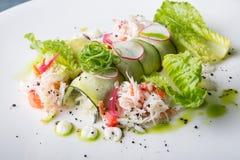 螃蟹沙拉用绿色莴苣 库存图片