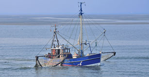 螃蟹渔拖网渔船,东部弗里西亚,北海 免版税图库摄影