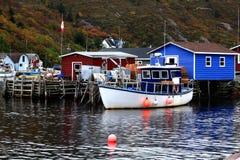 螃蟹渔船和设备狭窄港口的,纽芬兰,加拿大码头 免版税库存图片