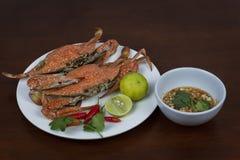 螃蟹特写镜头用泰国在一块板材的海鲜调味汁,在w 图库摄影