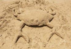 螃蟹由沙子制成 免版税图库摄影