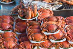 螃蟹蒸汽在海鲜市场上 选择聚焦 免版税库存照片