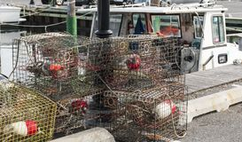 螃蟹陷井被堆积在船坞 免版税库存照片