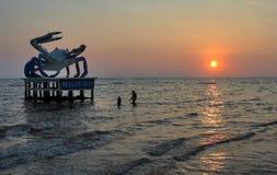 螃蟹雕象和游泳者Kep海滩的 免版税图库摄影