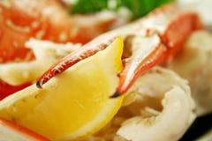 螃蟹破裂的柠檬 免版税库存图片