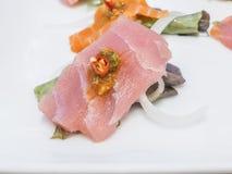 融合日本食物,鱼用辣椒大蒜 免版税库存照片