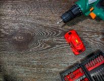 螺丝刀、激光水平和一套附件 背景用工具加工木 免版税库存图片