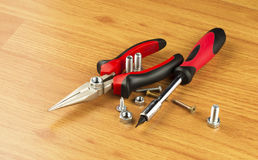 螺丝刀、钳子和各种各样的螺栓 免版税库存图片