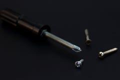 螺丝刀和坚果螺丝被安置的边 免版税库存照片