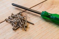 螺丝刀和铁螺丝的特写镜头 免版税库存图片