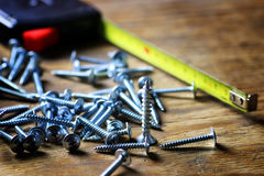 螺丝和螺丝刀堆 免版税库存图片