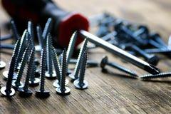 螺丝和螺丝刀堆 免版税库存照片