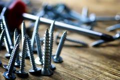 螺丝和螺丝刀堆 库存图片