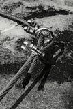 螺丝圈在中部 在岩石的钢固定螺栓眼睛 固定的钢索 登山人道路通过ferrata 在大鹏固定的扭转的绳索 免版税库存照片