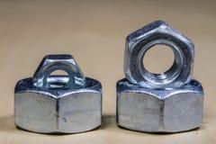 螺丝的坚果在轻的桌上的 锁匠辅助部件 库存照片