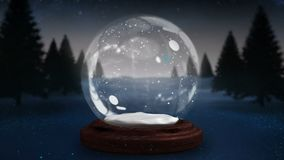 螺旋地移动在雪地球附近的闪耀的光 影视素材
