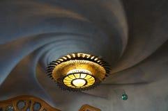 螺旋天花板和灯具在住处Batllo 免版税图库摄影