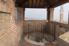 螺旋形楼梯下来从Facciatone,锡耶纳,托斯卡纳 意大利 图库摄影