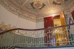 螺旋形楼梯在一个老房子里 库存照片