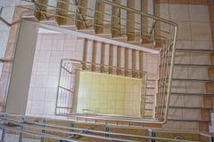 螺旋形楼梯在其中一个城市大厦中 库存照片