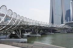螺旋桥梁和小游艇船坞海湾沙子 库存照片
