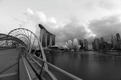 螺旋桥梁和新加坡小游艇船坞海湾署名地平线在黑白照片 库存照片