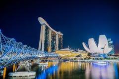 螺旋桥梁,小游艇船坞海湾在夜之前铺沙旅馆和ArtScience博物馆,在新加坡 免版税库存图片