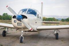 螺旋桨推进式飞机停车处在机场 小的飞机 免版税库存图片