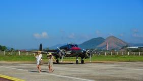 螺旋桨推进式飞机停车处在机场 免版税库存图片