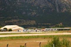 螺旋桨推进式飞机的小跑道在Kusadasi附近的土耳其 免版税库存图片