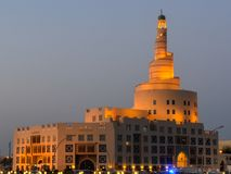螺旋清真寺在多哈,黄昏的卡塔尔 图库摄影