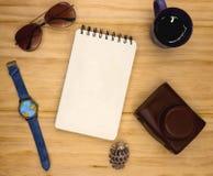 螺旋笔记薄空白页在木桌上的 夏天旅行葡萄酒舱内甲板位置照片 空的写生簿页 免版税库存图片
