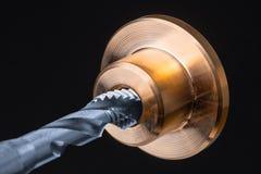 螺旋长笛轻拍细节在金黄金属零件的 图库摄影
