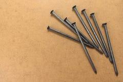 螺栓,在胶合板背景的钉子 免版税库存图片