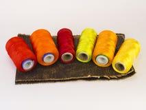 螺纹五颜六色的卷在一块皮革的 免版税库存照片
