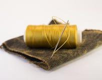螺纹五颜六色的卷在一块皮革的 库存照片
