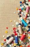 螺纹五颜六色的缝合的按钮和短管轴与拷贝空间的 免版税库存照片
