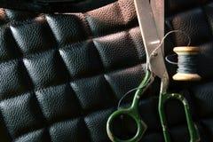 螺纹剪皮革产品辅助部件和工具,传统缝合的顶视图的概念 图库摄影