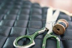 螺纹剪皮革产品辅助部件和工具,传统缝合的顶视图的概念 免版税图库摄影