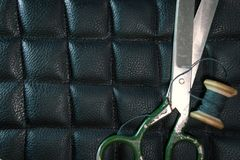 螺纹剪皮革产品辅助部件和工具,传统缝合的顶视图的概念 库存照片