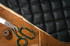 螺纹剪皮革产品辅助部件和工具,传统缝合的顶视图的概念 免版税库存照片