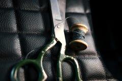 螺纹剪皮革产品辅助部件和工具,传统缝合的顶视图的概念 免版税库存图片