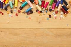 螺纹和按钮的汇集在木桌背景 库存图片