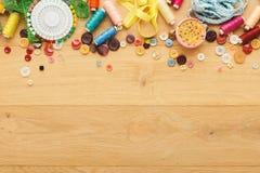 螺纹和按钮的汇集在木桌背景 免版税库存照片