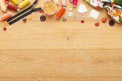 螺纹和按钮的汇集在木桌背景 免版税库存图片