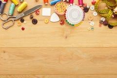 螺纹和按钮的汇集在木桌背景 图库摄影