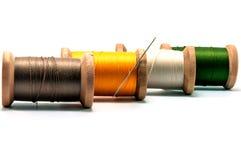 螺纹和针被隔绝的木短管轴  库存图片