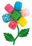 从螺纹和钩针编织的瓣丝球开花 免版税库存照片